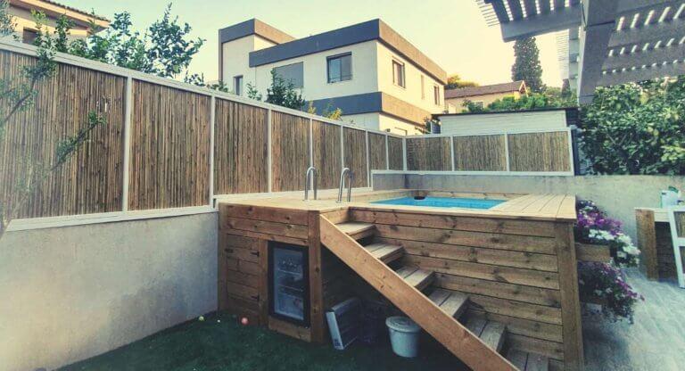 בניית דקים לג'קוזי בחצר